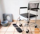 Invalidski toaletni wc voziček + dodatna posoda in wc deska