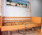 Električna negovalna bolniška postelja s trapezom
